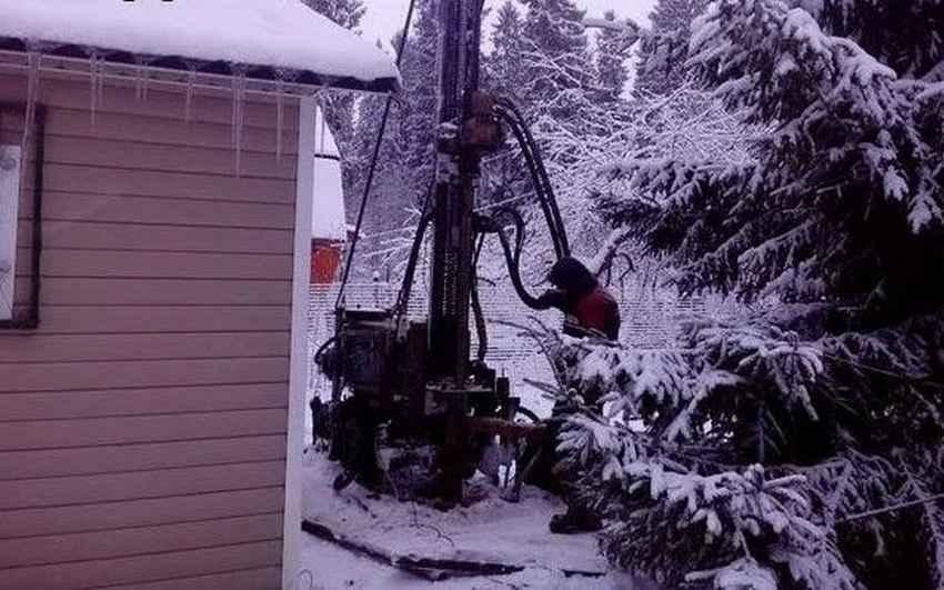 Некоторые домовладельцы предпочитают проводить бурение скважин зимой.