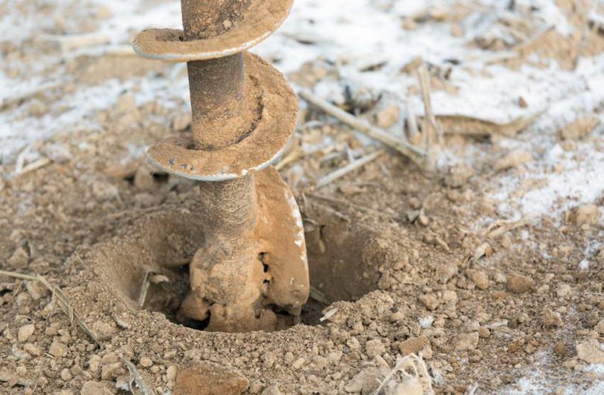 озможность избежать повреждения почвы бурильной техникой и с легкостью добраться до труднодоступного или заболоченного участка, это основной плюс, ради которого в основном и затевается бурение зимой