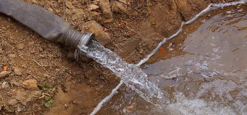 Вода может поступать рывками, если в трубу вместе с ней попал и воздух. Он в значительной степени препятствует подаче жидкости.